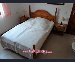 cama con colchon y mesas de noche