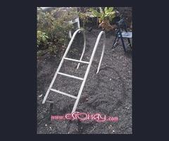 Escalera de piscina hecha por herrero en acero