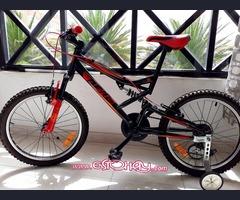 Bicicleta ,sólo se iso 3 veces como nueva incluyen :Ruedines, Casco,Guantes.