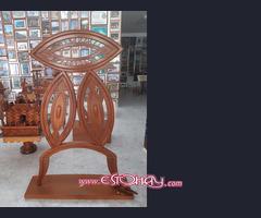 Antigüedades, muebles y esculturas en maderas nobles.